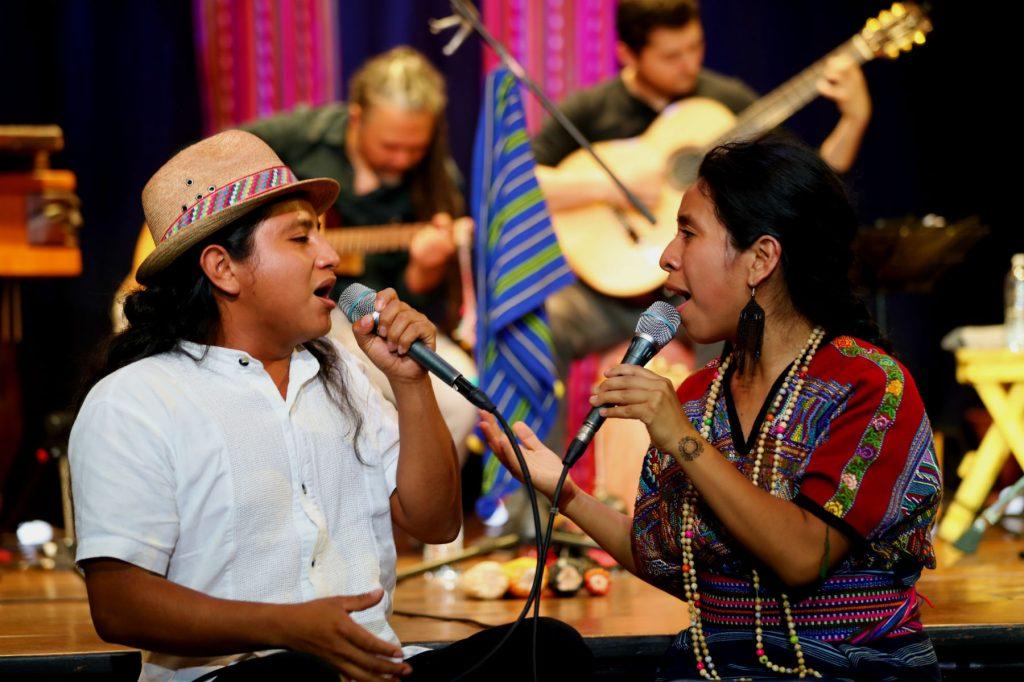 """El cantautor Popti, de Xalbal,Ixcan, Alfonzo Rafael, acompañó a Sara Curruchich en el escenario e intepretaron """"Entre la gente"""", un tema inspirado en las vivencias cotidianas de los pueblos indígenas.   (Foto Prensa Libre: Keneth Cruz)"""