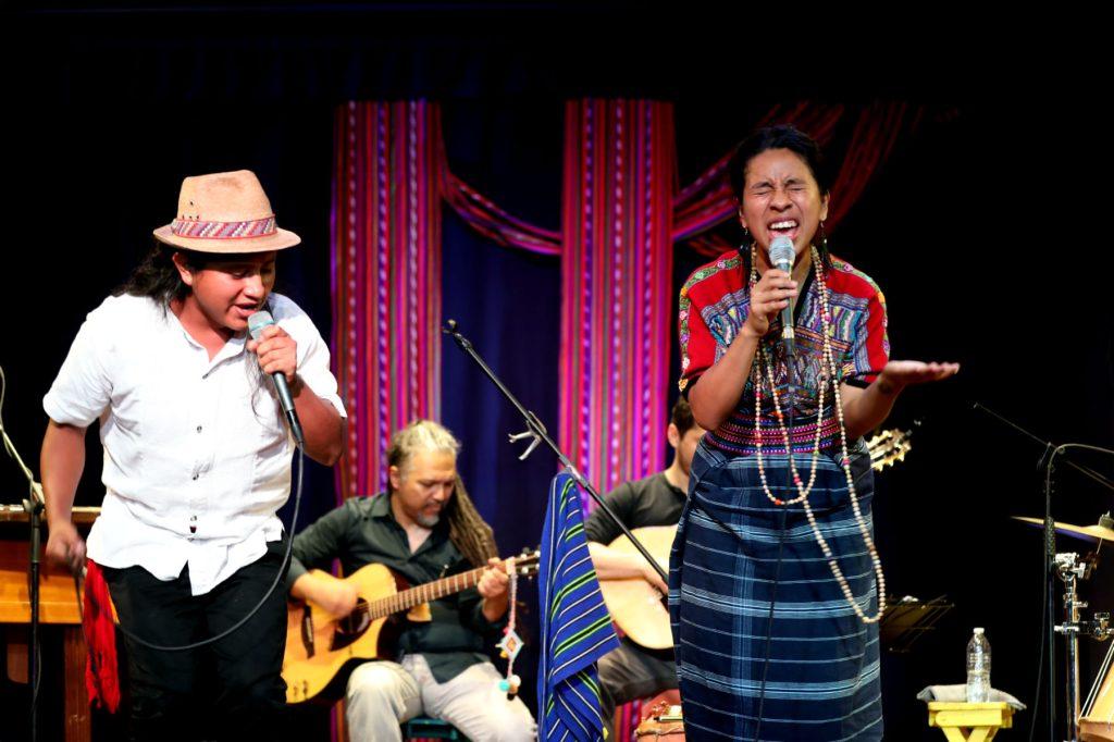 Alfonzo Rafael y Sara Curruchich fueron ovacionados por los asistentes, quienes bailaron con el ritmo que los artistas impusieron en el escenario. (Foto Prensa Libre: Keneth Cruz)