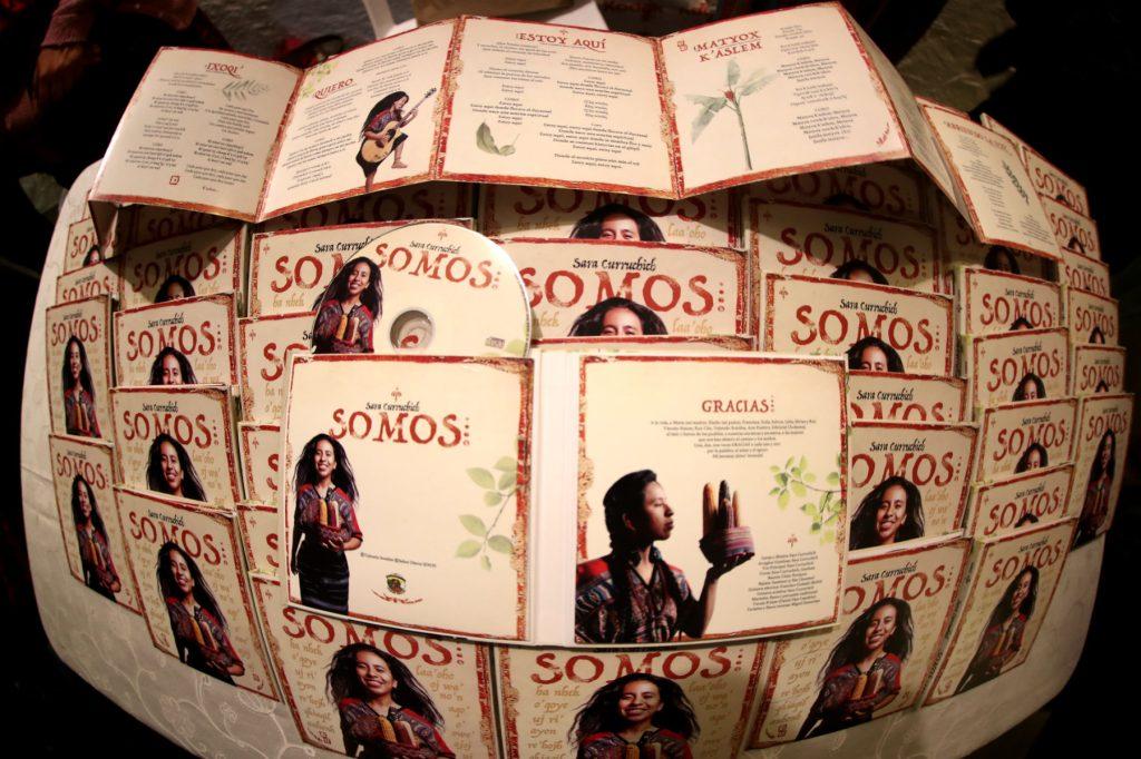 """Así luce la versión físca del álbum """"Somos"""". (Foto Prensa Libre: Keneth Cruz)"""