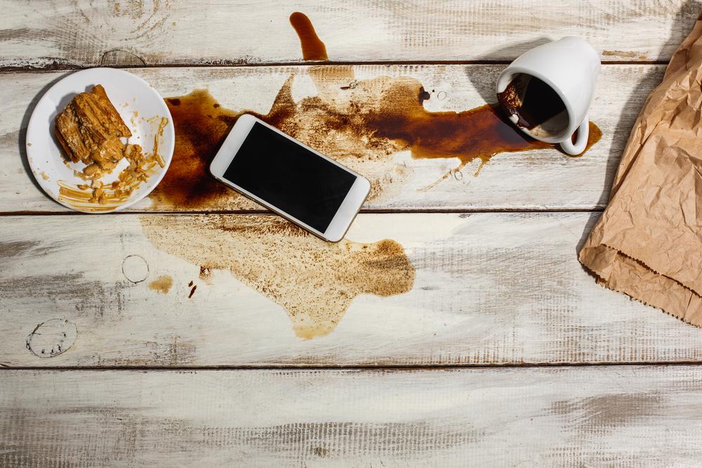 Derrames, burbujas y gotas: Cuando el celular y la laptop se mojan