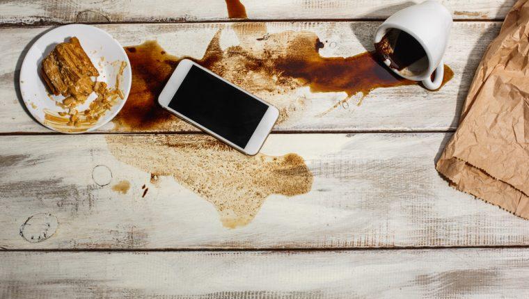 Mojar el teléfono o la computadora podría ser un riesgo para su posterior funcionamiento, según la capacidad del dispositivo. (Foto Prensa Libre: Servicios).
