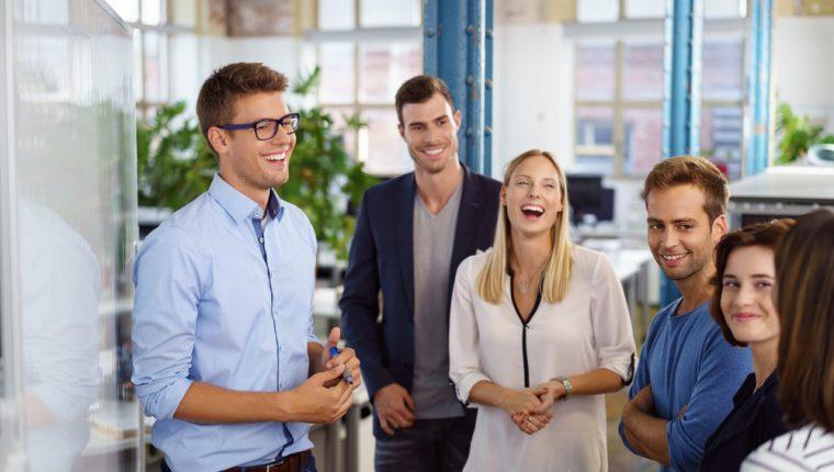 Un buen clima laboral y tener amistades en el trabajo favorece el desempeño en las actividades. (Foto Prensa Libre: Servicios).