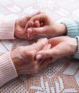 El cuidador del adulto mayor es su confidente y debe cumplir con ciertas características para satisfacer sus necesidades. (Foto Prensa Libre: Servicios).