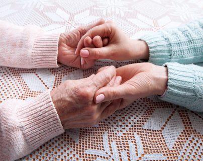 Qué características debe tener un cuidador de adultos mayores