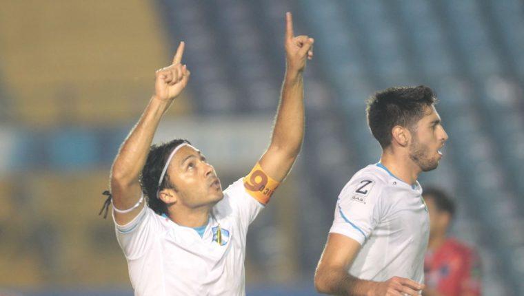 Agustín Herrera celebra después de haber anotado el tanto del triunfo contra Santa Lucía Cotz. (Foto Prensa Libre: Norvin Mendoza).