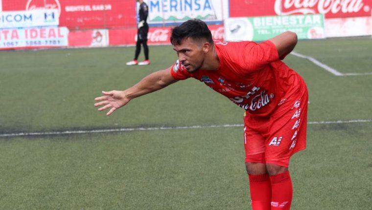 Wilber Pérez festeja después de marcar el tanto del triunfo frente a Guastatoya. (Foto Prensa Libre: Raúl Juárez).