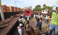 Uno de los vagones se descarrila durante las primeras pruebas de las vías. (Foto Prensa Libre: Érick Ávila)