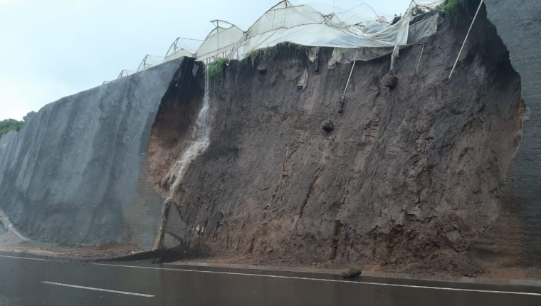 El domingo 27 de octubre, un derrumbe destruyó este vivero, en el libramiento de Chimaltenango. (Foto Prensa Libre: Andrea Domínguez).
