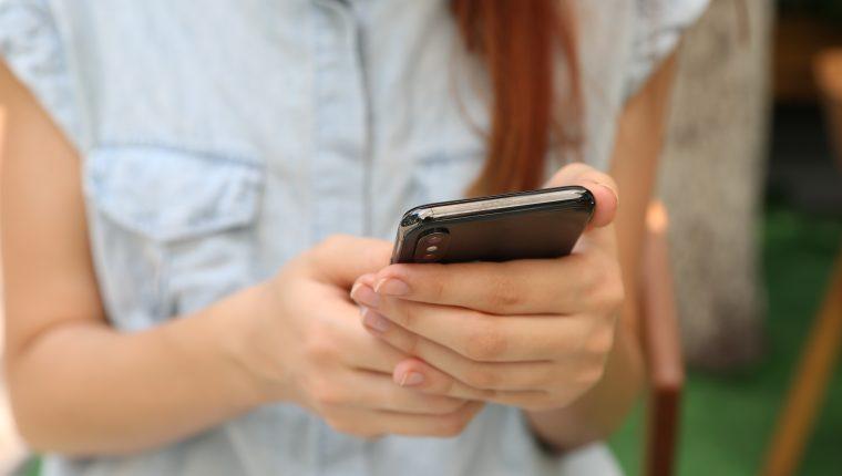Casi todos vivimos con el teléfono cerca la mayor parte del día, pero algunas personas llevan el uso del móvil al extremo. (Foto Prensa Libre: Yura Fresh / Unsplash)