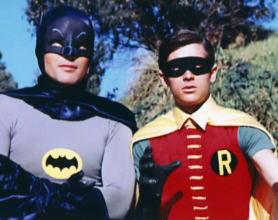 El traje de Batman y Robin de los años 60 que serán subastados pertenecen a la colección de John Azarian. (Foto Prensa Libre: Grosby Group).