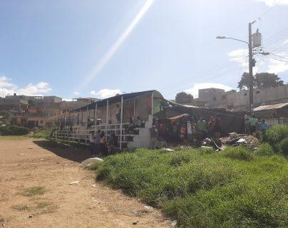 Debajo de las gradas de un campo de futbol, vecinos de Peronia improvisan un albergue. (Foto Prensa Libre: María René Barrientos).