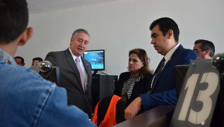 Migrante hondureño -izq.- hace gestiones ante el Instituto Guatemalteco de Migración luego de ser enviado por Estados Unidos dentro del convenio migratorio con Guatemala. (Foto Prensa Libre: Cancillería)