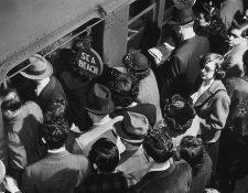 Pasajeros abordan el tren subterráneo de Sea Beach desde una plataforma abarrotada en Times Square en la ciudad de Nueva York.