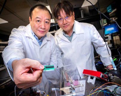 Los profesores de NTU Liu Ai Qun (izq.) y Kwek Leong Chuan desarrollaron el diminuto chip.