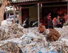 Algunos de los pobladores de Bangun se ganan la vida vendiendo materiales que rescatan de montañas de basura plástica.
