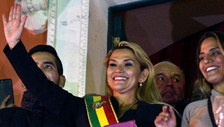 Jeanine Áñez asumió la presidencia de Bolivia en una sesión relámpago.