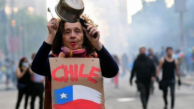 Uno de los puntos fuertes de crítica a las políticas de libre mercado en Chile tiene que ver con las administradoras privadas de fondos de pensiones.