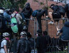 Los manifestantes han realizado numerosos intentos por abandonar el campus sin ser atrapados por la policía. GETTY IMAGES