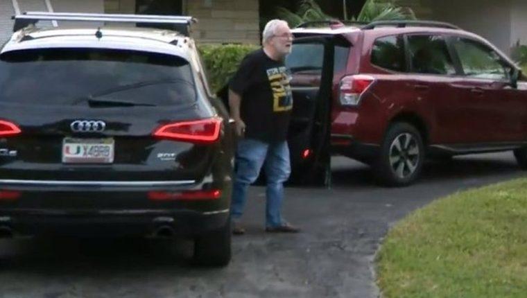 Bruce Bagley fue abordado por la prensa afuera de su casa tras conocerse de la acusación de lavado de dinero en su contra. CBS MIAMI