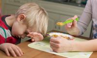 La Clínica de Niños Quisquillosos para Comer en el Hospital de Filadelfia entrenó a los propios padres a ser terapeutas de sus hijos. GETTY IMAGES
