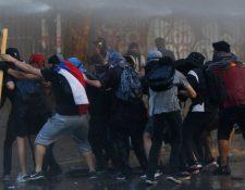 Manifestantes se han enfrentado a Carabineros durante las marchas en Chile. GETTY IMAGES