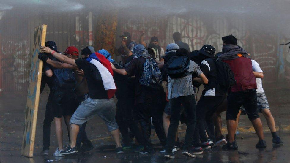 """Protestas en Chile: """"Me apuntó directamente a la cara, quedé mirándolo fijamente y me disparó en el ojo"""""""