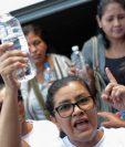 Un grupo de mujeres que intentó llevar agua a los huelguistas este jueves fue nuevamente detenido por la policía. AFP