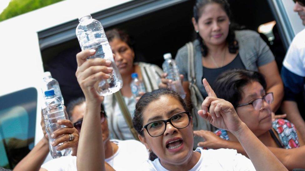 Crisis en Nicaragua: la desesperación de los familiares de las personas que hacen huelga de hambre en una iglesia asediada por la policía
