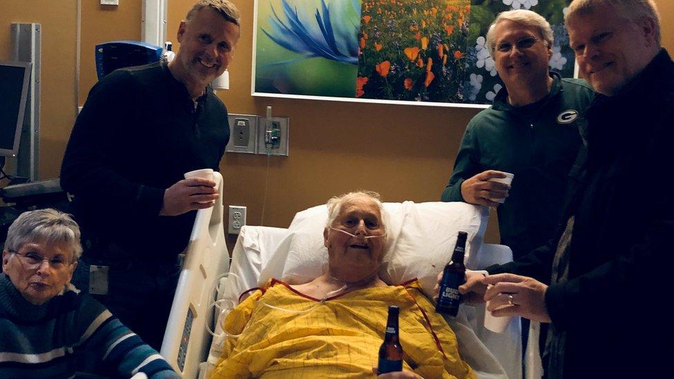 Lo que todos podemos aprender de la foto de un hombre en el hospital con una cerveza y rodeado de su familia antes de morir