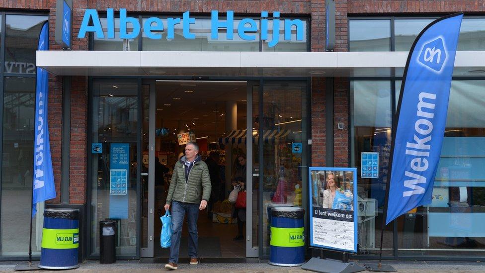 Albert Heijn: escándalo por el supermercado de Holanda que pidió a sus empleados que subieran fotos en ropa interior a una aplicación