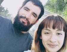 Steven Velásquez y su pareja Alexis Granados ofrecen el servicio de hacer la fila a aquellos compradores que no quieren hacerlo en el Black Friday. ALEXIS GRANADOS
