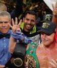 Canelo Alvarez posa junto al referí Russell Mora después de la victoria contra Sergey Kovalev en Las Vegas, Nevada. (Foto Prensa Libre AFP).