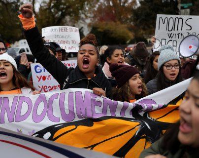 Jóvenes protestan fuera de la Corte Suprema en Washington, a la espera de la resolución de ese tribunal sobre Daca. (Foto Prensa Libre: AFP)