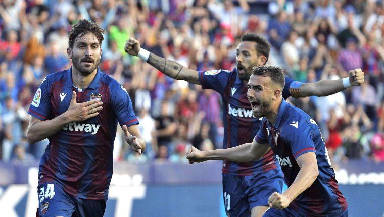 José Ángel Gómez Campaña celebra el primero de los tres goles del Levante contra el equipo culé. (Foto Prensa Libre: EFE)