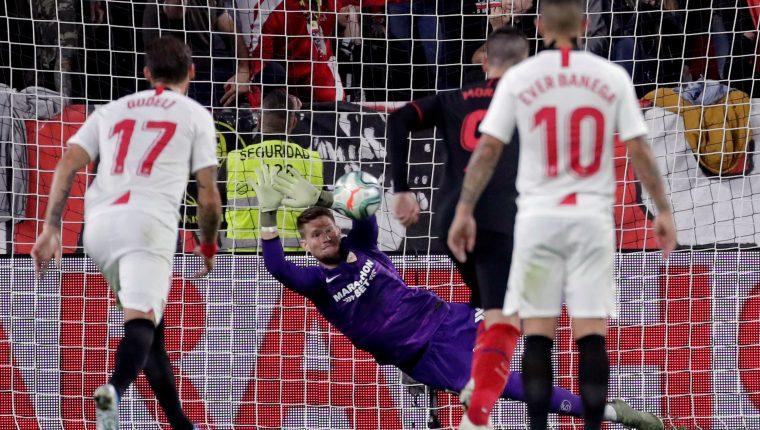 El portero checo del Sevilla FC Tomás Vaclik (c) detiene el penalti lanzado por Diego Costa, del Atlético de Madrid. (Foto Prensa Libre: EFE)