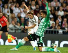 El defensa del Real Betis Antonio Barragán (d) lucha con el croata Luka Modric, del Real Madrid, durante el partido de la jornada 12 de LaLiga. (Foto Prensa Libre: )