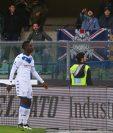 Mario Balotelli reacciona ante los insultos racistas en la Serie A italiana el domingo pasado.. (Foto Prensa Libre: EFE)
