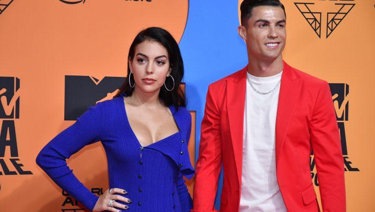 Cristiano Ronaldo y su pareja Georgina Rodríguez posan en la alfombra roja de los premios MTV European Music Awards (EMA) 2019 en Sevilla. (Foto Prensa Libre: EFE)