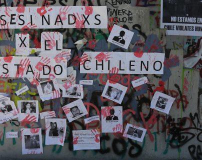 Muros con imágenes de personas fallecidas este martes en la Plaza Italia, zona cero de las manifestaciones en Santiago (Chile). Chile se ha visto afectado desde hace 19 días por un terremoto contra la desigualdad que ha sacudido a las clases sociales. (Foto Prensa Libre: EFE)