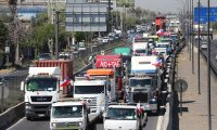 AME894. SANTIAGO (CHILE), 06/11/2019.- Grupos de camioneros y vehículos particulares participan en una protesta hoy miércoles, en Santiago de Chile. Docenas de camiones realizaron este miércoles una marcha lenta por las autopistas de acceso y circunvalación de la capital en protesta contra las tarifas por el uso de las carreteras del país, lo que generó un caos vehicular en plena hora punta en la ciudad. EFE/Elvis González
