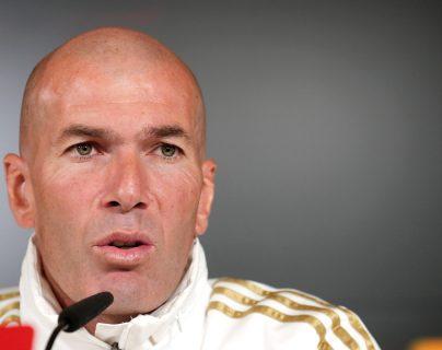 El técnico francés del Real Madrid, Zinedine Zidane, durante la rueda de prensa posterior al entrenamiento realizado este viernes en la Ciudad Deportiva de Valdebebas. (Foto Prensa Libre: EFE)