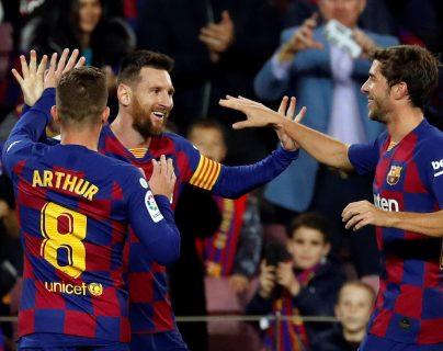 El delantero argentino del FC Barcelona Lionel Messi (c) celebra con sus compañeros Arthur Melo (i) y Sergi Roberto su gol, el segundo del equipo, durante el partido ante el RC Celta de Vigo. (Foto Prensa Libre: EFE)