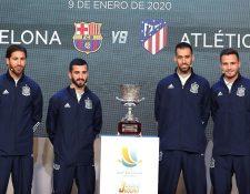 Los jugadores de la selección española de fútbol, Sergio Ramos, José Luis Gayá, Sergio Busquets y Saul Ñíguez, tras el sorteo de los emparejamientos de la Supercopa de España que se jugará en la ciudad saudí de Yeda. (Foto Prensa Libre: EFE)