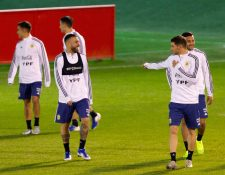 El defensa de la selección argentina Nicolás Otamendi (i) participa en un entrenamiento del equipo en la Ciudad albiceleste. (Foto Prensa Libre: EFE)