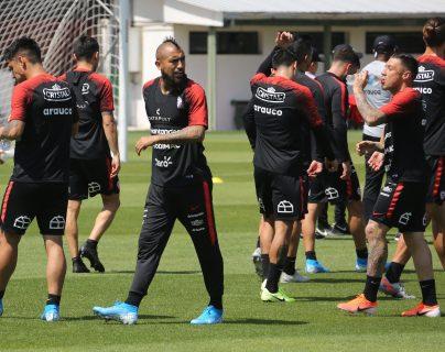 El futbolista chileno Arturo Vidal participa en un entrenamiento de la selección chilena este 13 de noviembre. (Foto Prensa Libre: EFE).