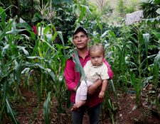 El área del Corredor Seco es una de las que sufrirá los peores efectos por la crisis económica que dejará el coronavirus. En la fotografía, un padre carga a su hija en Jocotán, Chiquimula. (Foto Prensa Libre: Hemeroteca PL)