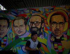 Los considerados mártires de El Salvador reviven en la memoria colectiva del país con un mural en el que más de 800 personas pusieron su pincelada, al cumplirse los 30 años de la masacre de seis padres jesuitas en 1989, una matanza que marcó la guerra civil en el país. (Foto Prensa Libre: EFE)