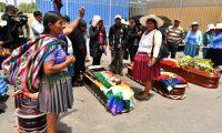AME5808. COCHABAMBA (BOLIVIA), 16/11/2019.- Ciudadanos rodean los féretros de varios de los fallecidos tras los disturbios de ayer con las fuerzas del orden, frente al Instituto de Investigaciones Forenses este sábado, en Cochabamba (Bolivia). El número de fallecidos aumentó a siete y los heridos superan el centenar tras los graves enfrentamientos entre manifestantes y fuerzas del orden cerca de la ciudad boliviana de Sacaba, informó esta sábado a Efe una fuente oficial. Los enfrentamientos se produjeron este pasado viernes en una carretera entre las ciudades de Cochabamba y la vecina Sacaba, con choques entre cocaleros afines a Evo Morales y fuerzas militares y policiales, que realizan operaciones conjuntas desde el pasado lunes para mantener el orden ante la ola de violencia en Bolivia. EFE/ Jorge Ábrego