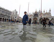 Un joven turista pasea por la plaza de San Marcos en Venecia (Italia),  durante una nueva jornada de inundaciones.  (Foto Prensa Libre: EFE)