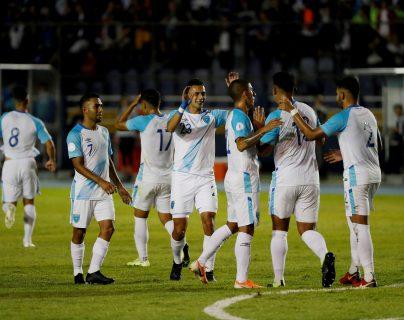 La selección de Guatemala celebra su tercer gol en contra de Puerto Rico, durante el partido del grupo C de la Liga de Naciones de la Concacaf, en septiembre de 2019. (Foto Prensa Libre: EFE)